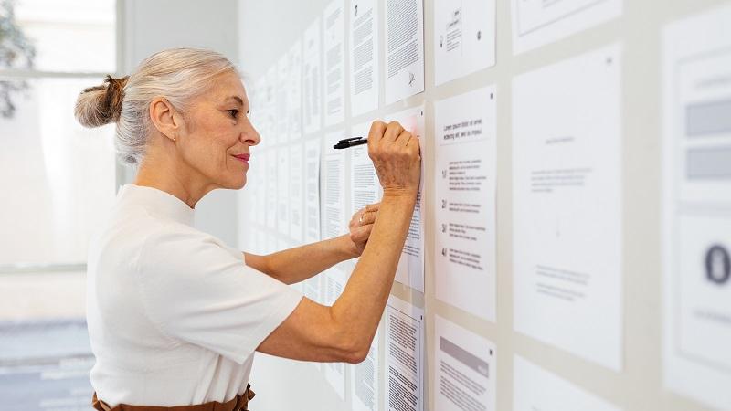 Kobieta pracuje w biurze i rozwiązuje problem